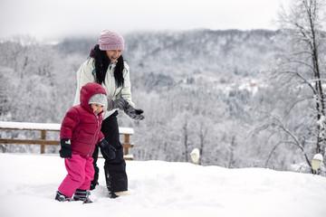 mamma e figlia in montagna