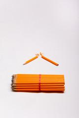 gelbe Bleistifte und ein gebrochener Bleistift