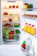 Geöffneter Kühlschrank gefüllt mit Lebensmitteln - 79158829