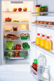 Geöffneter Kühlschrank gefüllt mit Lebensmitteln