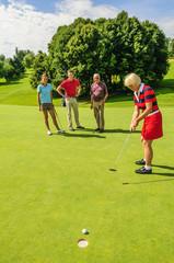 Golferin beim Putt