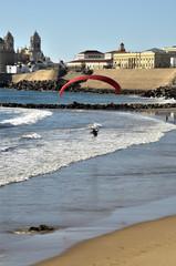 Parapente frente a la costa de Cádiz. España