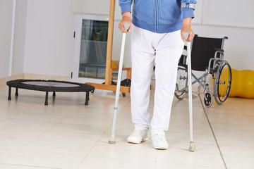 Mann mit Krücken beim Gehen lernen