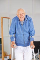 Senior bei Physiotherapie mit Krücken