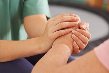Hände halten Hand einer Seniorin bei Kondolenz