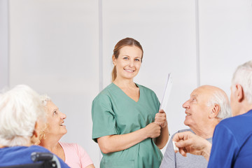 Krankenpfleger zwischen Senioren im Pflegeheim