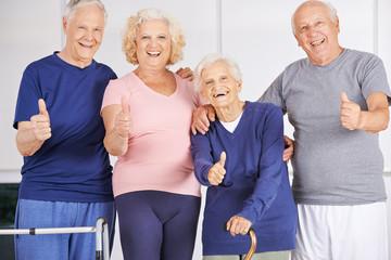 Lachende Gruppe Senioren hält Daumen hoch