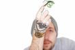 tätowierter Mann zeigt Geldschein