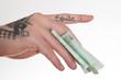 tätowierte Hand hält Geldschein
