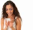 Junge Frau freut sich über eine Nachricht