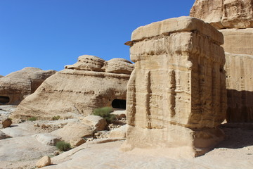 Каменный идол у пещеры в Каньоне