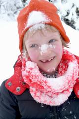 enfant couvert de neige