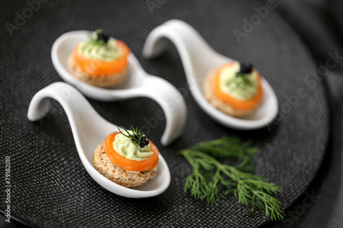 Papiers peints Poisson cuilères saumon & mousse d'avocat 2