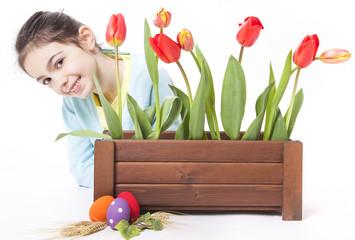 bambina con fiori e uova di pasqua