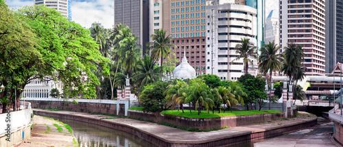 Papiers peints Autre Klang River and Mosque Jamek among modern buildings in Kuala Lum