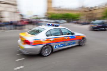 Polizeiwagen in London in Bewegungsunschärfe