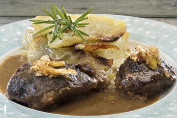 Pork cheeks in gravy with caramelized leeks and welsh onion cake