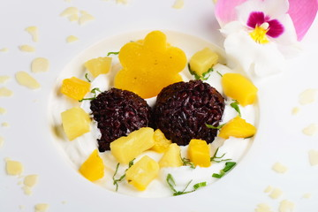 Thai dessert of black sticky rice and mango with coconut cream