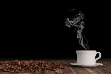Frischer Kaffee dampft aus einer Tasse