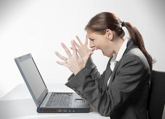 Junge Frau schreiend vor  Laptop
