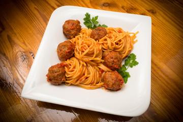 Spaghetti con polpette di manzo e sugo