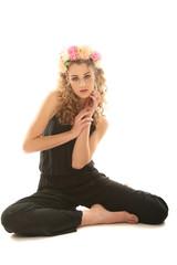 Junge Frau mit Blumenkranz
