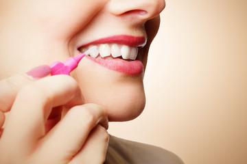 Reinigung der Zähne mit Bürste