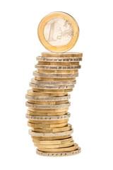 Geldstapel mit Euromünzen