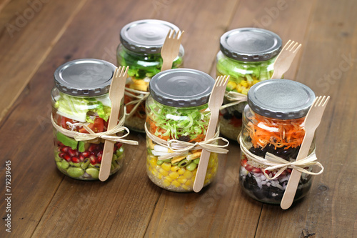 Aluminium Salade homemade healthy salad in glass jar