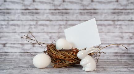 Nest mit Eiern, Leerer Karte und Osterhase