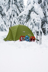 Tent winter mountains.