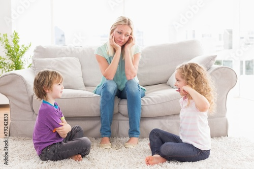 Aluminium Stierenvechten Upset mother looking at children fighting on rug