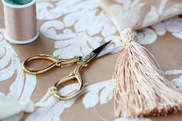 手芸用ハサミと糸