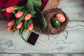 tulipani e nido con le uova