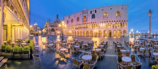 Venedig Markusplatz Dogenpalast  Nacht
