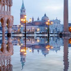 Venedig Markusplatz Dogenpalast Spiegelung
