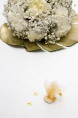 Bouquet di fiori e confetti su sfondo bianco
