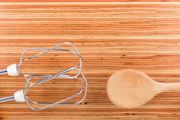 Küchenutensilien auf Holzplatte