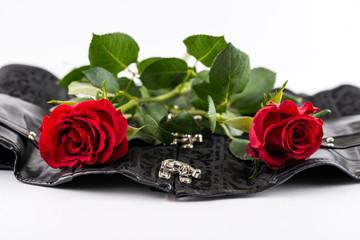 Schwarzes Korsett mit einer roten Rose