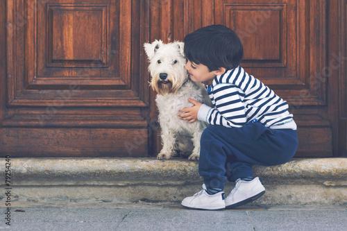 niño abrazando a su perro - 79254240
