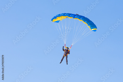 Foto op Aluminium Luchtsport Skydiver on blue and yellow parachute