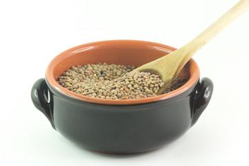 Lenticchie secche in una ciotola con cucchiaio
