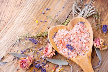 Badesalz - getrocknete Blüten und Kräuter