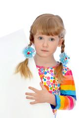 маленькая девочка показывает плакат