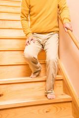 階段を降りるシニア