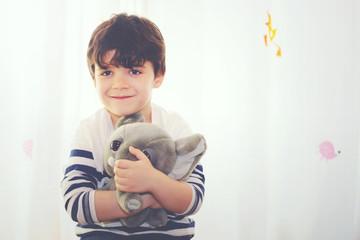 niño abrazando a su peluche