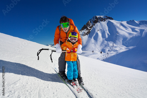 Keuken foto achterwand Wintersporten Father give mountain ski lesson to little boy
