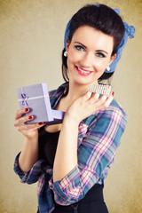 Pinup Girl mit Schmuck als Geschenk