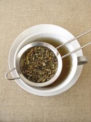 Kräutertee im Teesieb