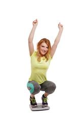 Frau freut sich über ihren Erfolg auf Waage - Diät